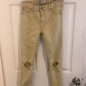 FREE PEOPLE BUSTED KNEES MUSTARD COLOR JEANS.